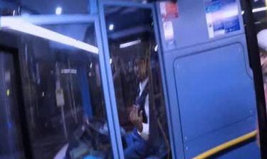 Ποδηλάτης τρελαίνεται (κυριολεκτικά) και επιχειρεί να σκοτώσει στο ξύλο οδηγό λεωφορείου (video)