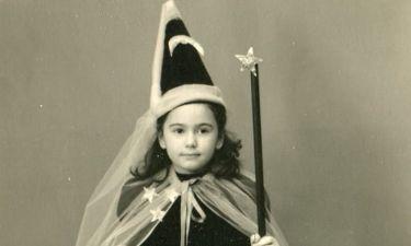 Ποιο είναι το κοριτσάκι της φωτογραφίας που το έντυναν με το... ζόρι τις Απόκριες;