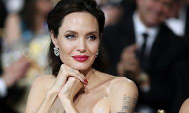 Η Angelina Jolie φωτογραφίζεται με τις κόρες της