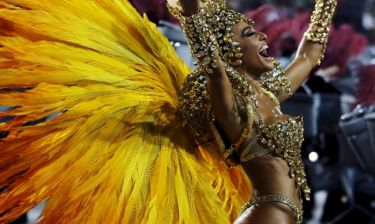 Χορεύτρια σε καρναβάλι χάνει το... εσώρουχό της και συνεχίζει το χορό (video)
