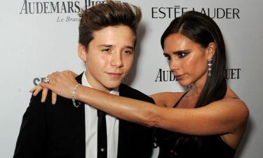 Brooklyn Beckham: Το τελευταίο τατουάζ του «γονάτισε» τη μαμά Victoria (κι εμάς μαζί)