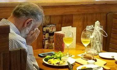 Θα λυγίσετε! Δείπνο ανήμερα του Αγίου Βαλεντίνου με τις στάχτες της γυναίκας του (photo)