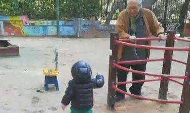 Ο Κώστας Βουτσάς στις κούνιες με τον γιο του