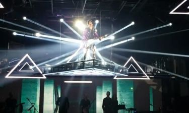 Η απίστευτη μεταμόρφωση Έλληνα τραγουδιστή σε Prince