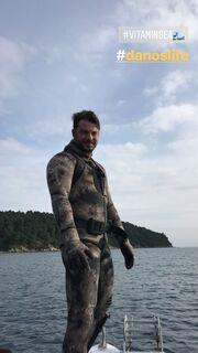 Ο Ντάνος άφησε το Τατουάζ και πήγε στη Σκιάθο για Απόκριες – Στην παραλία για σερφ
