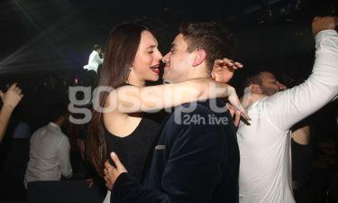 Το ερωτευμένο ζευγάρι αγκαλιά στον Ρουβά