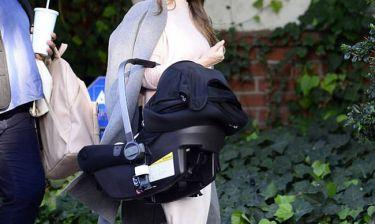 Ο φωτογραφικός φακός την απαθανάτισε για πρώτη φορά σε βόλτα με το μωράκι της