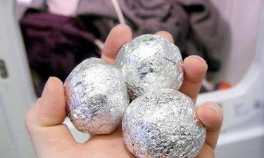 Έβαλε μια μπάλα από αλουμινόχαρτο στο πλυντήριο – Δεν φαντάζεστε γιατί! (vid)