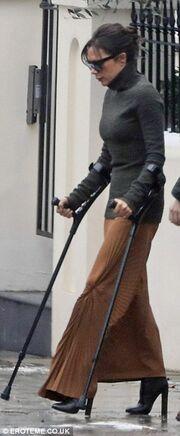 Βόλτα μετά το ατύχημά της περπατώντας με πατερίτσες