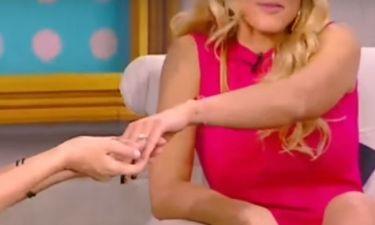 Ελληνίδα παρουσιάστρια έδειξε on air το μονόπετρό της – Πότε παντρεύεται;