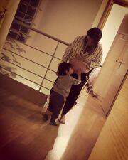 Η Ελένη Καρποντίνη ποζάρει ενώ ο γιο της φιλάει τη φουσκωμένη της κοιλίτσα