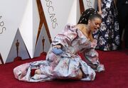 Όσκαρ 2018: Το τερμάτισε! Ξάπλωσε στο κόκκινο χαλί για να φωτογραφηθεί και οι φωτό της έγιναν viral