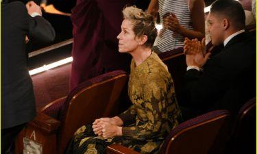 Oscars 2018: Η Frances McDormand χαλαρώνει λίγο πριν παραλάβει το βραβείο της