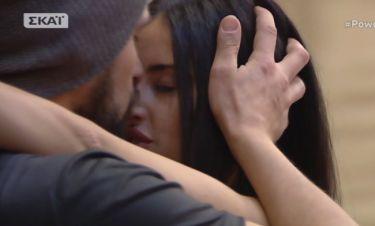 Power of love: Τζούλια και Ανδρέας επιτέλους έρχονται κοντά. Οι αγκαλιές και το φιλί