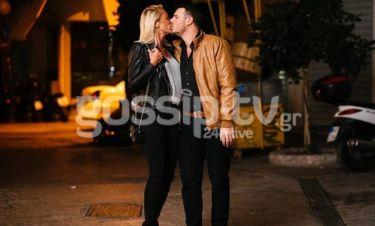 Γιαννιώτης – Χαλικιά: «Καυτά» φιλιά στη μέση του δρόμου για το ερωτευμένο ζευγάρι