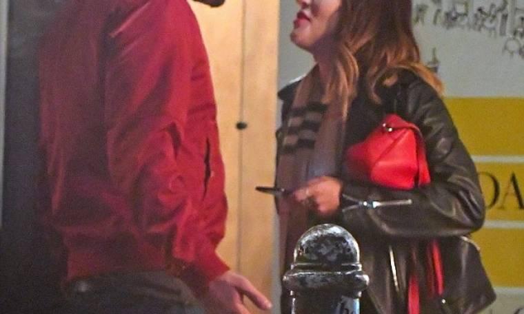 Η σκηνή ζηλοτυπίας παρουσιάστριας στον σύντροφό της έξω από εστιατόριο και ο καβγάς