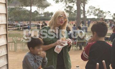 Φαίη Σκορδά: Βόλτα με τους γιους της στο Ίδρυμα Σταύρος Νιάρχος