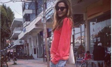 Δέσποινα Βανδή: Έβαλε σορτς και βγήκε βόλτα στον ήλιο με φίλη της