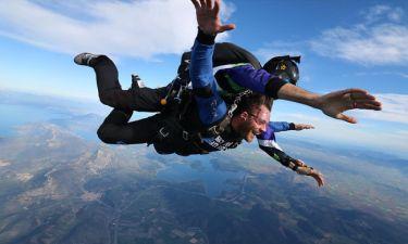 Αντίνοος Αλμπάνης: Κι όμως το τόλμησε! Έκανε skydiving
