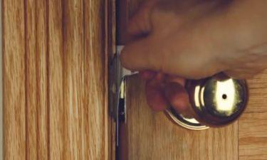 Κλειδωθήκατε έξω απ' το σπίτι; Με μια κίνηση θα ανοίξετε την πόρτα. Το απόλυτο κόλπο... (Video)