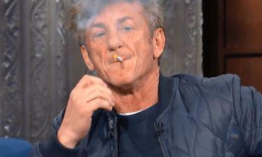 Σον Πεν: με ηρεμιστικά και τσιγάρα βάζει φωτιά στην τηλεθέαση του Late Show (vid)