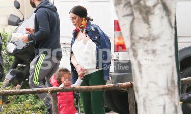 Ζέτα Θεοδωροπούλου: Η φουσκωμένη κοιλίτσα και η βόλτα με την κόρη της