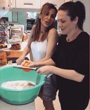 Δέσποινα Βανδή: Έφτιαξε τσουρέκια για το Πάσχα μαζί με τους φίλους της