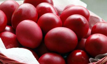 Ετσι θα βάψετε κόκκινα αυγά με... φλούδες από κρεμμύδια (Video)