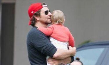 Ο Bradley Cooper πέρασε το Πάσχα μοιράζοντας φιλιά στη γυναίκα της ζωής του