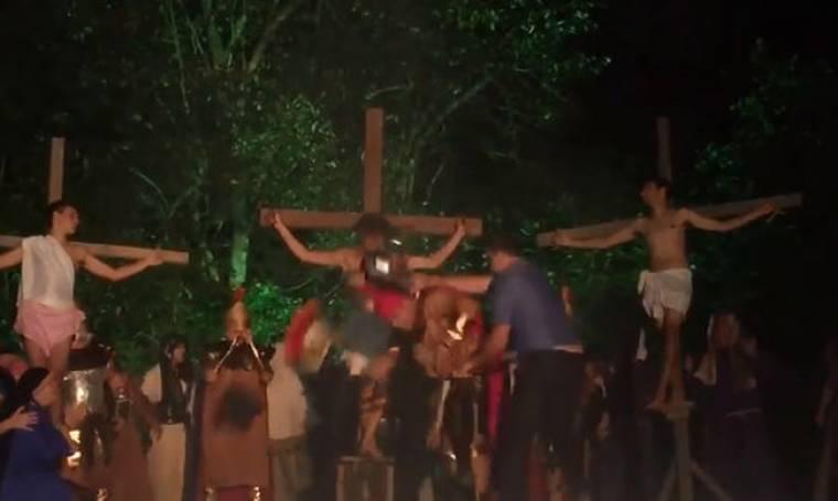 Για γέλια και για κλάματα! Ατελείωτο ξύλο σε παράσταση με θέμα τη σταύρωση του Χριστού