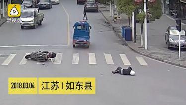 ΔΙΚΑΙΩΣΗ: Οδηγοί κυνηγούν και πιάνουν ασυνείδητο που το έσκασε αφού χτύπησε μηχανάκι