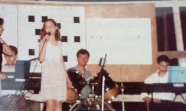 Από μικρή μ' ένα μικρόφωνο στο χέρι- Ποια είναι;