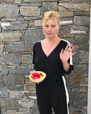 Ζέτα Μακρυπούλια: Ποζάρει με τα κόκκινα αυγά στην αυλή του σπιτιού της στην Πάρο