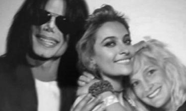 Νομίζω ότι αυτό είναι ανατριχιαστικό: το οικογενειακό πορτρέτο του Μάικλ Τζάκσον ενοχλεί