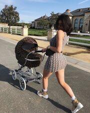 Kylie Jenner: Βόλτα με το μωρό της και το κοντό φόρεμα