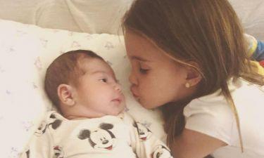 Γνωστή τραγουδίστρια δημοσίευσε την πιο γλυκιά φωτογραφία του νεογέννητου γιου της με την κόρη της