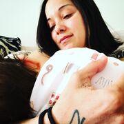 Κατερίνα Τσάβαλου: Θηλάζει το μωράκι της και μας το δείχνει στο instagram