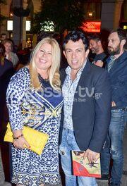 Στο θέατρο με τη σύζυγό του γνωστός Έλληνας ηθοποιός