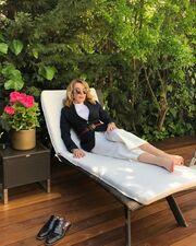 Δείτε την Τατιάνα Στεφανίδου να χαλαρώνει στην ξαπλώστρα δίπλα στην πισίνα του σπιτιού της