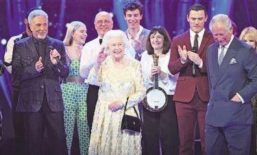 Κορυφαίοι σταρ τραγούδησαν στα 92α γενέθλια της βασίλισσα Ελισάβετ