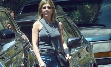 Jennifer Aniston: Ο νάρθηκας στο χέρι και το … στήθος!