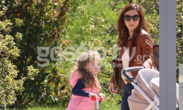 Βάσω Λασκαράκη: Βόλτα με την κόρη της. Δείτε πόσο έχει μεγαλώσει η μικρή
