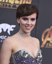 Scarlett Johansson: Με καστανό μαλλί και νέο σύντροφο στο κόκκινο χαλί