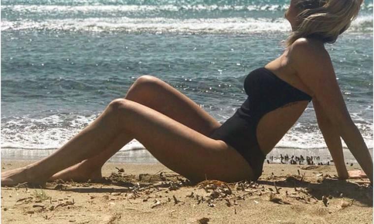 «Λιώνει» στον ήλιο ξαπλωμένη στην παραλία