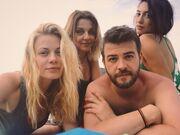 Ζέτα Μακρυπούλια: Έκανε τις πρώτες τις βουτιές – Δείτε με ποιους πήγε παραλία