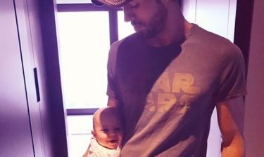 Enrique Iglesias: Ο περίεργος τρόπος που κρατάει το μωρό του
