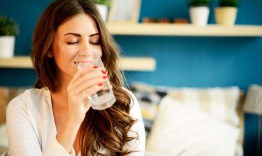 Τι συμβαίνει στο σώμα όταν πίνετε 8 ποτήρια νερό καθημερινά (εικόνες)