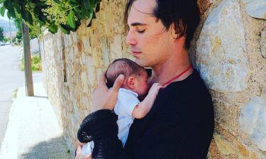 Λιώσαμε! Η φωτό του Άνθιμου Ανανιάδη με τον δύο εβδομάδων γιο του
