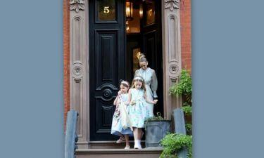 Sarah Jessica Parker: Η σπάνια δημόσια εμφάνιση με τις δίδυμες κόρες της