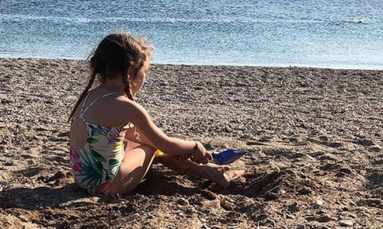 Αγγελική Λάμπρη: Με την κορούλα της στην παραλία